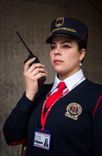 Servicios-seguridad-privada-vigilante-mujer